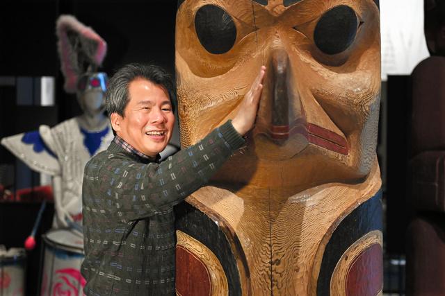 「触文化」を研究する国立民族学博物館の広瀬浩二郎さん=大阪府吹田市、井手さゆり撮影