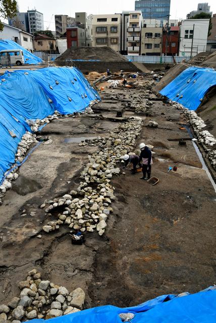 南北全長70メートル以上に及ぶことが分かった平安時代後期の石積み遺構(北から)=福岡市博多区