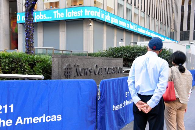 ニューヨーク中心部にあるFOXニュースの入るビルは昨年11月の大統領選前後、混乱を恐れて1階のガラスが板で覆われた=鵜飼啓撮影
