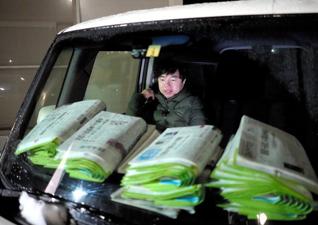 配達の車に乗り込む鈴木裕次郎さん=2021年1月13日午前2時23分、福島県浪江町、三浦英之撮影