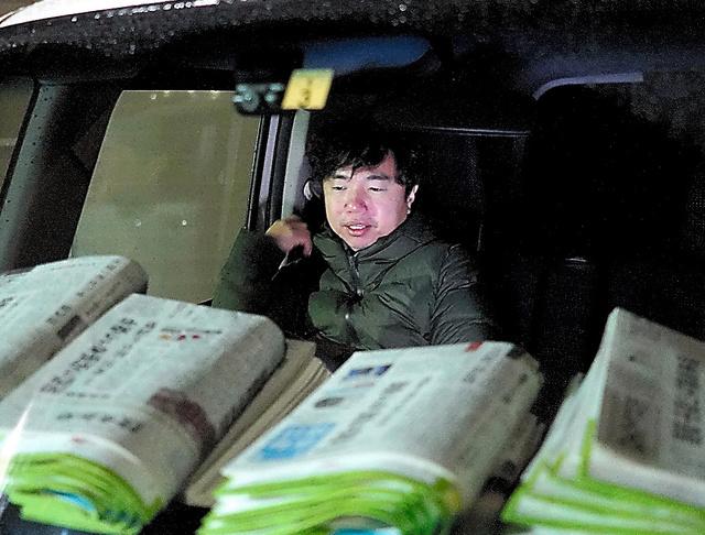 配達の車に乗り込む鈴木裕次郎さん=1月13日午前2時23分、福島県浪江町