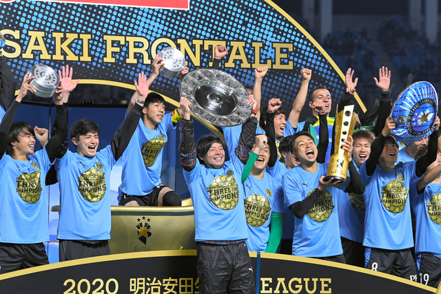 圧倒的な強さで優勝した川崎。鬼木監督(中央)の下、攻撃的なサッカーを見せつけた