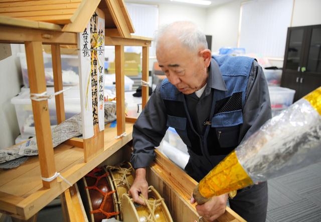 道具置き場から田植え踊りの道具を取り出す三瓶専次郎さん=2020年10月、福島県二本松市、三浦英之撮影