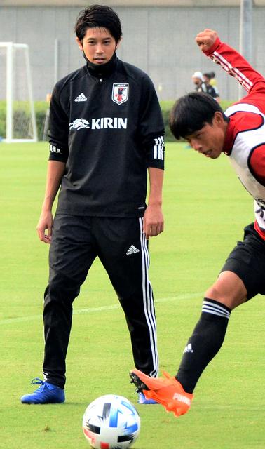 U19日本代表候補合宿で指導する内田篤人さん(左)=昨年9月