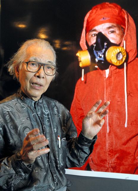 原発労働者を撮影した作品の前に立つ樋口健二さん=2012年4月12日午後3時21分、東京都千代田区、松本敏之撮影