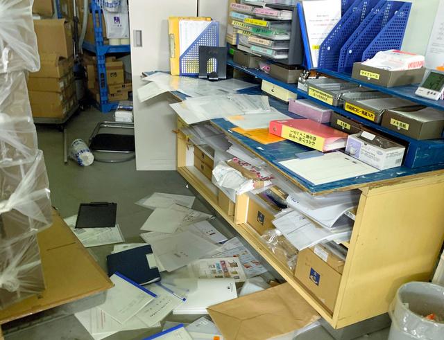 かまぼこ製造販売会社「高政」の社内では、地震で書類が散乱していた=2021年2月14日午前5時ごろ、宮城県女川町、高橋正樹さん提供
