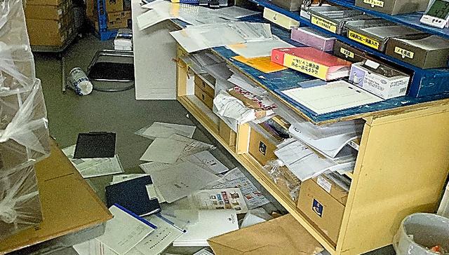かまぼこ製造販売会社「高政」の社内は地震で書類が散乱していた=2月14日午前5時ごろ、高橋さん提供