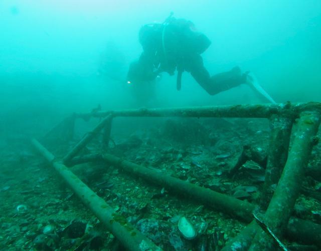 海底に沈む、養殖設備の一部とみられる金属の部材。湾内では、あちこちで震災で流出した残骸が見られる=2015年12月29日、宮城県女川町の女川湾、諫山卓弥撮影
