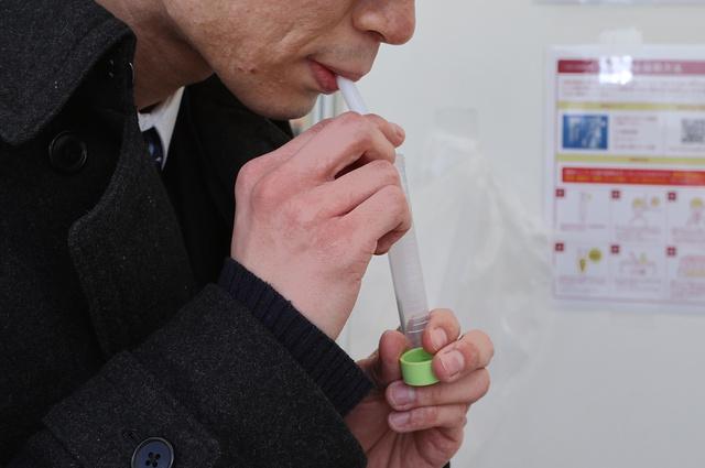 唾液中の新型コロナウイルスの量を調べることで、重症化や死亡のリスクを判断するのに役立てられる可能性が出てきた
