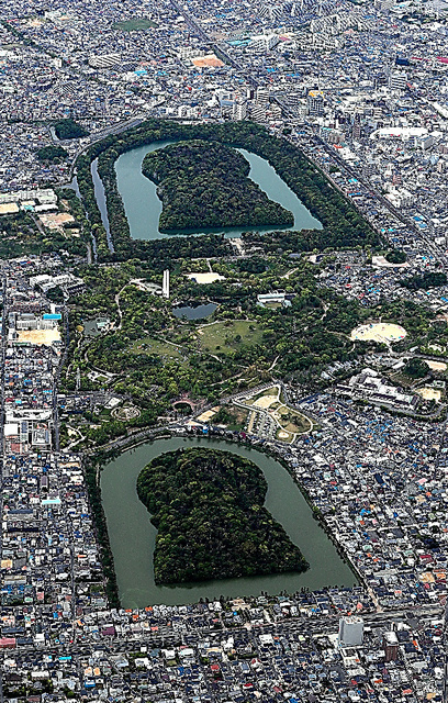 国内最大規模を誇る百舌鳥古墳群(堺市)の大山古墳(写真上)