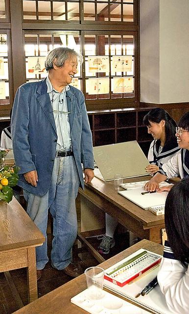 安野光雅美術館の「昔の教室」で、スケッチを教える安野光雅さん=2004年、島根県津和野町、同館提供