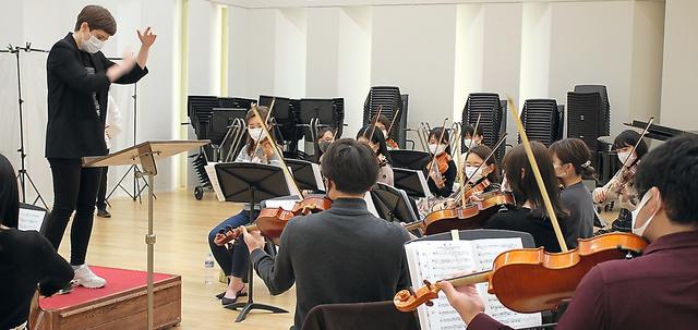 「群青」をオーケストラで練習する東京音楽大学の学生たち=4日、東京都目黒区