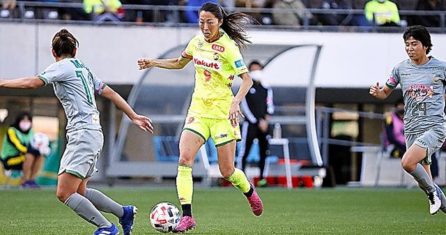 大滝麻未(中央)は現役サッカー選手としてプレーを続けながら、現場からの発信の必要性と難しさも感じているという=ジェフ千葉提供
