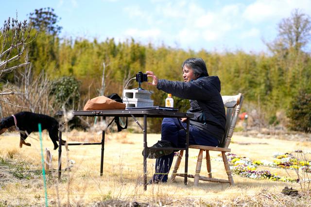 リモート授業で生徒たちに呼びかける木村紀夫さん=2021年3月10日、福島県大熊町、三浦英之撮影