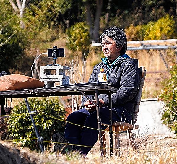 遠隔授業をする木村紀夫さん=10日午後、福島県大熊町、小玉重隆撮影
