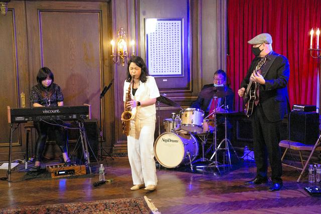 1月22日、在ニューヨーク日本総領事公邸の「フライデー・ナイト・ライブ」で演奏する寺久保エレナさん(中央)=本人提供