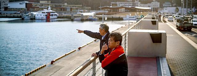 議論を重ねた末に完成した防潮堤に立つ高橋正樹さん(手前)と菅原昭彦さん=小玉重隆撮影