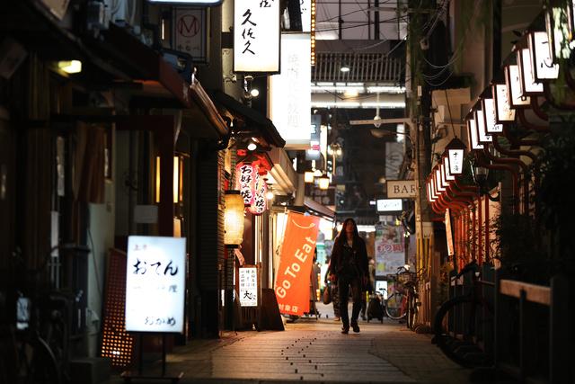 大阪・ミナミの繁華街。年の瀬の夜7時過ぎだが、人影は少なかった=2020年12月29日、大阪市中央区