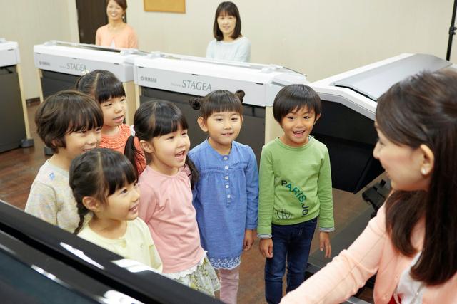 幼児向け教室での指導風景=ヤマハ音楽振興会提供