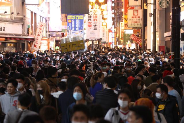 ハロウィーンの仮装を楽しむ人などでにぎわった大阪・道頓堀。感染者数は増加の傾向が続いた=2020年10月31日、大阪市中央区
