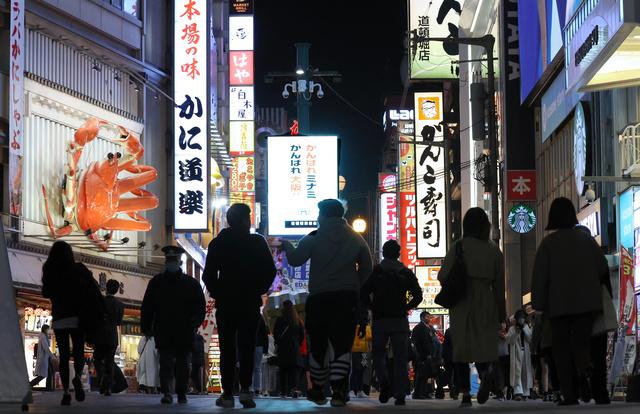 繁華街を行き交う人たち=2020年11月、大阪・ミナミ