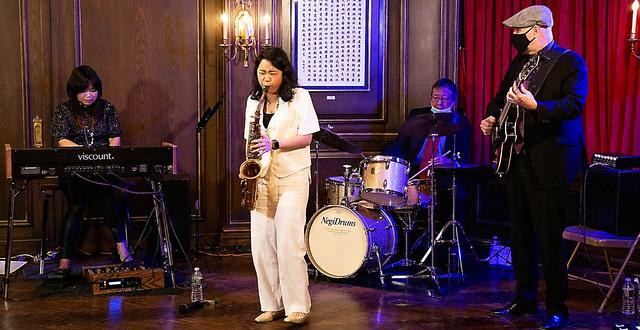 1月22日、在ニューヨーク日本総領事公邸で演奏する寺久保エレナさん(中央)