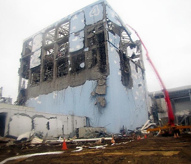 コンクリートポンプ車を使って福島第一原発4号機プールに注水する様子=2011年3月22日夕に東京電力が撮影し、同日夜に記者に提供した写真