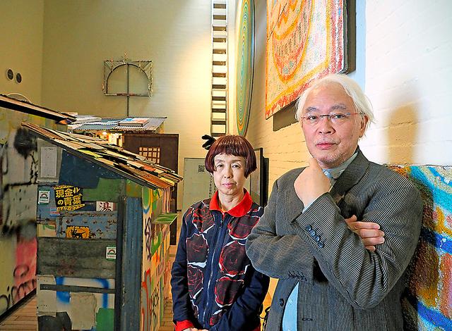 ワタリウム美術館の和多利恵津子館長(左)と浩一代表。「まちへ出よう展」の会場で