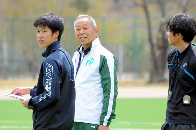 選手の走りを見つめる立正大駅伝監督の中村孝生さん(中)。モスクワ五輪の陸上代表だった。