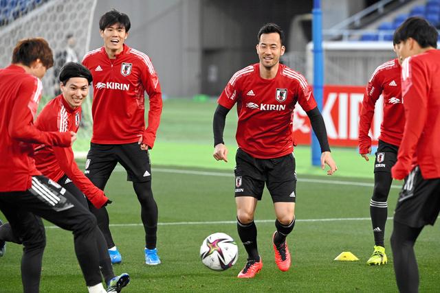 韓国戦を前に調整する、吉田(左から4人目)、冨安(同3人目)、南野(同2人目)ら、日本代表の選手たち=伊藤進之介撮影