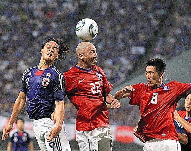 2011年8月に行われた前回の国際親善試合。ゴール前で競り合う岡崎慎司(9)と韓国の車ドゥリ(22)=札幌ドーム