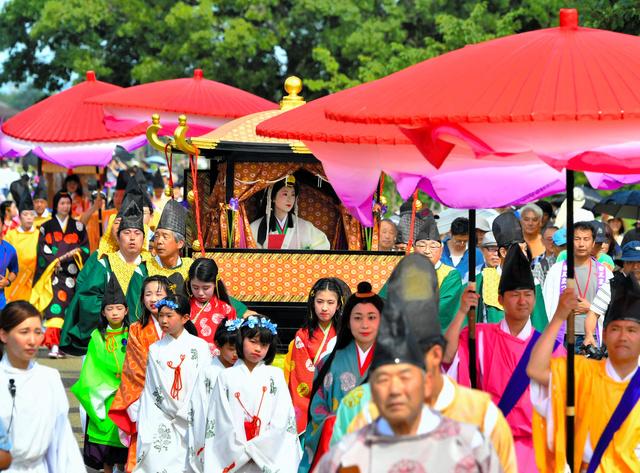 斎宮跡で披露された「斎王群行」。地域にはいまもいにしえの記憶が息づく=三重県明和町