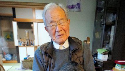 1945年の出来事を語る岩下運雄さん。手前は自身の証言を収録した広島原爆戦災誌=2019年11月28日午後0時30分、東京都内、宮崎園子撮影