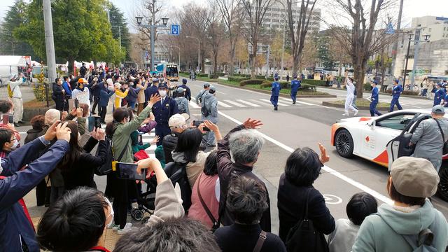 聖火リレーを見ようと県庁前には多くの人が集まった=2021年3月26日午後0時27分、福島市、峯俊一平撮影