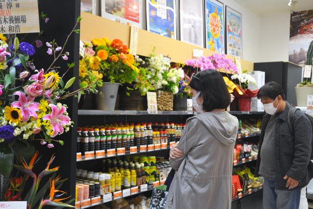 調味料など宮崎の特産品を見る来店者=福岡市博多区の「博多みやざき館KONNE」