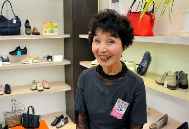 80歳を機に引退を決意した畦崎ヒサ子さん。最終日まで売り場で笑顔を見せる=宮崎市の宮崎山形屋