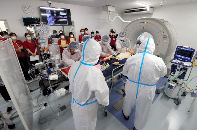 大阪コロナ重症センターで研修する看護師ら=2020年12月、代表撮影