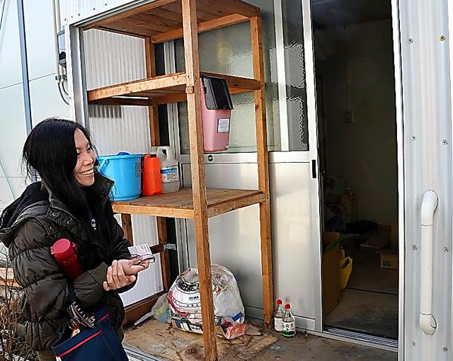 住んでいた仮設住宅の前で「10年間、長かった」と話す村上サルバションさん=27日、岩手県陸前高田市