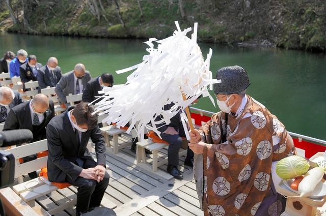舟下りの舟上で安全祈願する関係者ら=2021年4月1日午前11時33分、岩手県一関市の猊鼻渓、三浦英之撮影