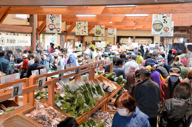 人気の産直売り場は、開店と同時に客でいっぱいになった=遠野市の道の駅「遠野風の丘」
