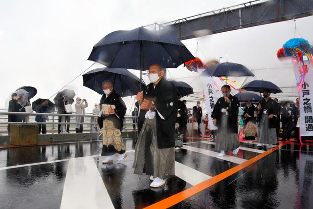 小戸之橋の開通を祝って住民たちが渡り初めに臨んだ=2021年4月3日午前11時8分、宮崎市、高木智子撮影