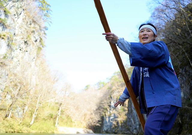 最後の舟下りで「げいび追分」を歌う船頭の千葉美幸さん=2021年4月1日午後2時10分、岩手県一関市、三浦英之撮影
