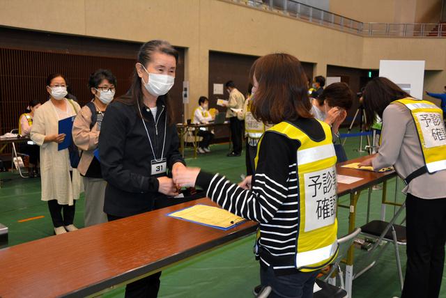 ワクチン接種前に予診票を確認する訓練=宮崎市