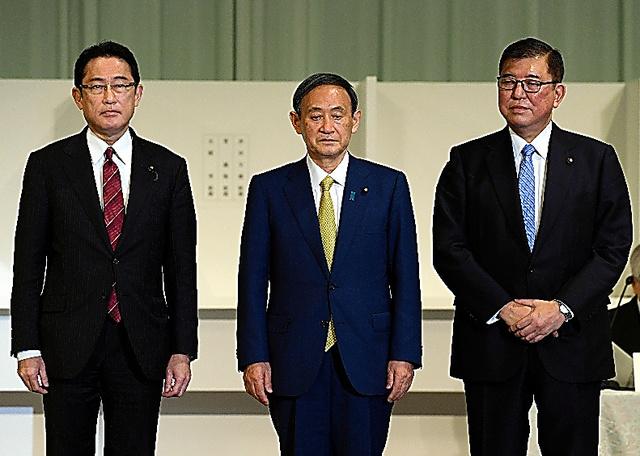 自民党総裁選で、壇上に並ぶ(左から)岸田文雄氏、菅義偉氏、石破茂氏=2020年9月、東京都港区