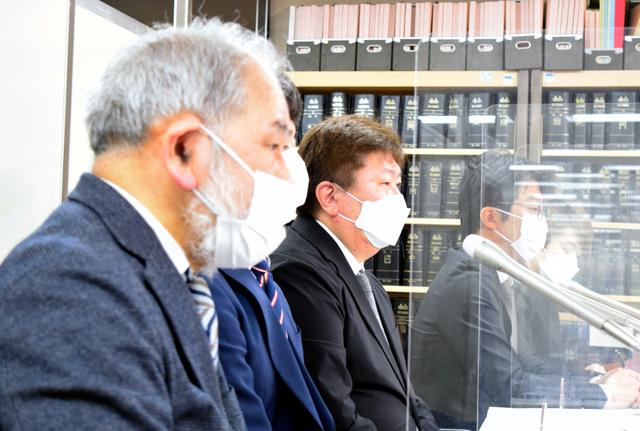 記者会見で、少年法の改正案に異議を唱える片山徒有さん(中央)ら=6日、東京都、大久保真紀撮影