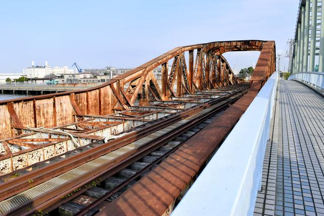 「かながわの橋100選」にも選ばれた瑞穂橋梁。現在は赤茶色にさびている=2021年4月1日午後4時0分、横浜市神奈川区、武井宏之撮影