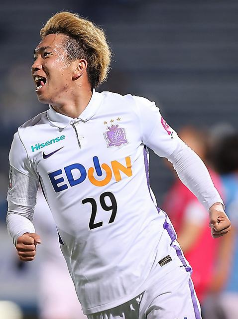 前半、先制のゴールを決めて喜ぶ広島MF浅野