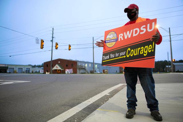 3月27日、アラバマ州のアマゾンの倉庫の外で労組結成への投票を呼びかけるスティーブさん=AFP時事
