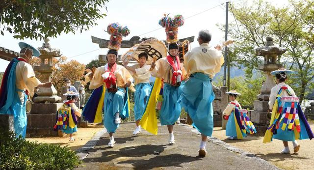 亀尾山神社に奉納された鶏闘踊り=2021年4月10日午後2時18分、山口県下関市豊田町浮石、中野英治さん撮影