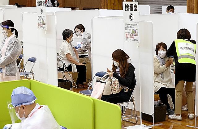 新型コロナワクチンの接種を受ける高齢者=12日午後、北九州市小倉北区、金子淳撮影